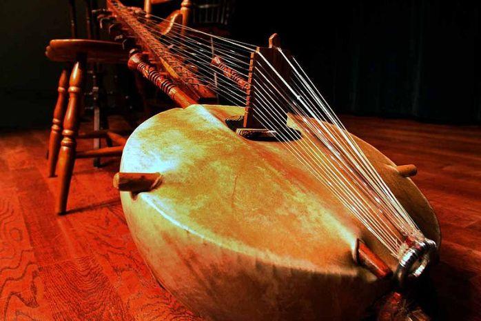 800px-Kora_(African_lute_instrument)